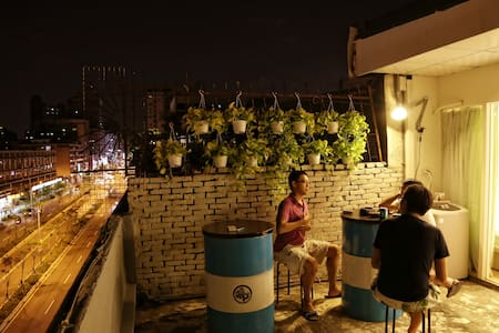 4mins. away from Daan MRT, near Taipei 101, Yong-Kang street,and Dun-Nan Eslite. At our awesome terrace, you would have a great time with friends or alone.