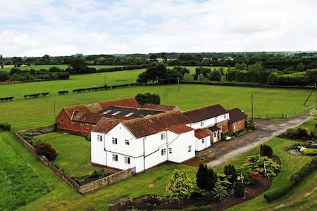 Deighton Lodge - Country Farmhouse - Sleeps 17 - Huis