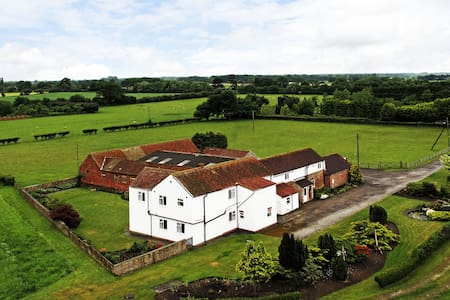 Deighton Lodge - Country Farmhouse - Sleeps 17 - York - Rumah
