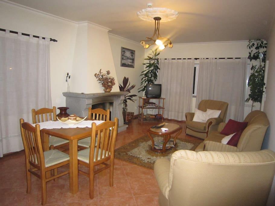 sala comum com lareira em residencial