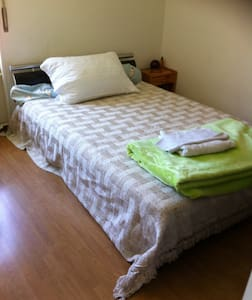 simple chambre dans un appartement - Huoneisto
