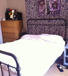 Quiet double room in quiet home - Newcastle upon Tyne - Bed & Breakfast