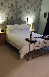 Large quiet room with double bed.