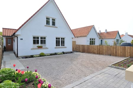 Lovely, spacious detached home in the historic village of Dirleton, 2.5 miles from North Berwick and within easy commuting distance from Edinburgh (2.5 to train station), and surrounded by some of the best golf courses in the UK.