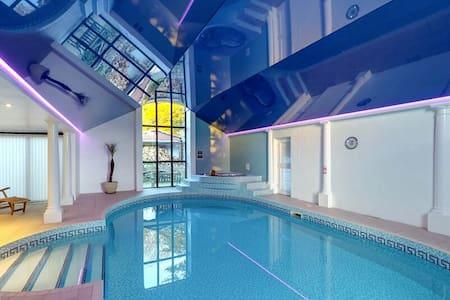 Barns + Indoor Pool, Spa, Sauna, Games Room - House