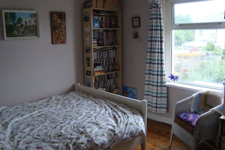 Double room in comfortable home - Cardiff - House