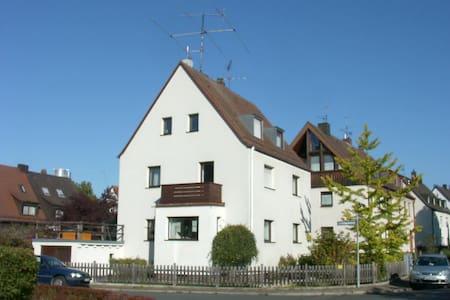 Mansardenzimmer 4 Fenster O S W - Norimberga