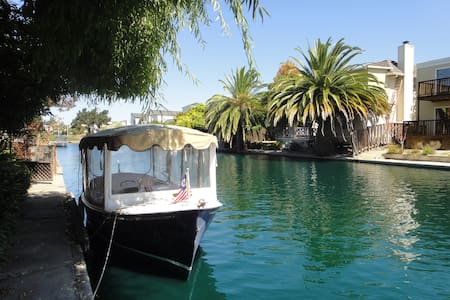 My single family home is perfectly situated for a fun week of activities in San Francisco and Santa Clara (Levi's Stadium). This well decorated, very comfortable home sits on the water with a large back deck with a grill for home tailgate cooking.