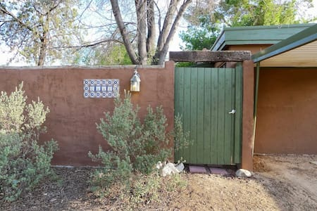 Cute bungalow 1 mile from U of A