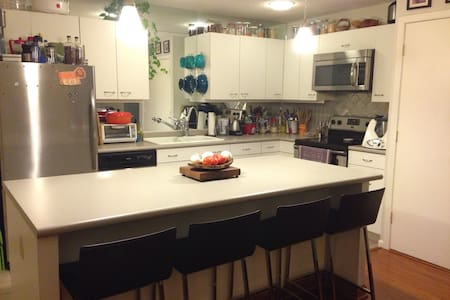 5 minute walk to Memorial Stadium - Appartement