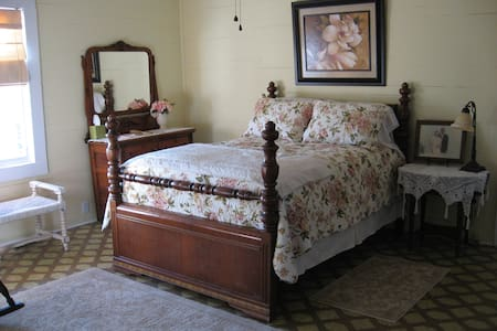 Minnie Caroline Room @ Olive's B&B - Lake City - Bed & Breakfast