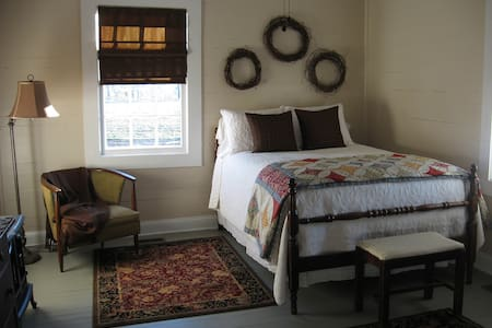 Daniel Asbury Room @ Olive's B&B - Lake City - Bed & Breakfast