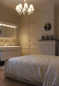 ruime kamer met dubbele lavabo - Szoba reggelivel