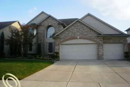 Clean,Private Room Executive Home in the Suburbs - Macomb