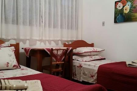Quarto aconchegante em casa típica! - Haus