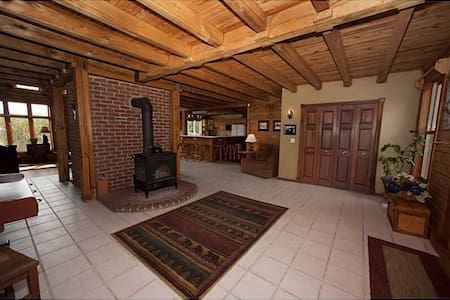 Log Home Cozy Room - Carmel - House