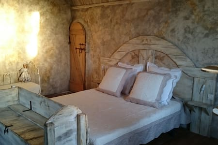 Charming B&B SOUVENIR in Roussillon, Luberon, Prov - Bed & Breakfast