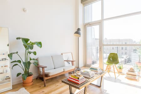 Bright Minimal Apartment w Balcony - Brooklyn - Apartment