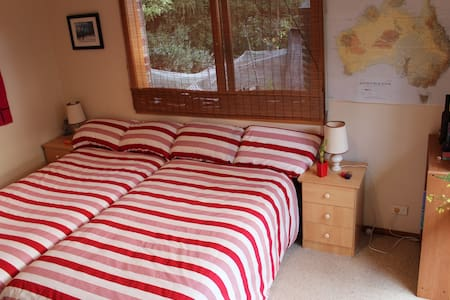 Quiet, clean, rustic living spaces; natural light filled bedroom and dining/  lounge room, and your own private bathroom & toilet, all 30 mins from the city The native garden and the Mullum Mullum valley adjoining the property offer a peaceful and relaxing stay.