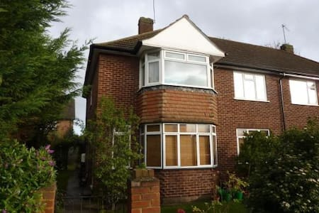 Double bedroom in a great location. - Feltham - Casa