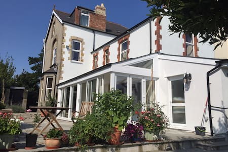 Peaceful and tranquil comfortable house opposite a park in Penarth, 3 miles from Cardiff Central.  Walking distance to all public transport, shops ,restaurants and pubs.  Close to Penarth seafront and Cardiff Bay.