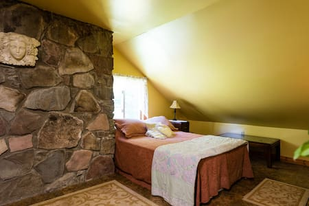 Cozy Room, Holistic Retreat Center - Rensselaerville - Dům