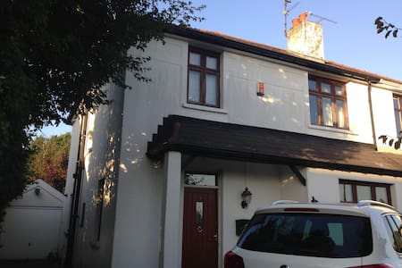Large sunny twin room in Cardiff - Casa