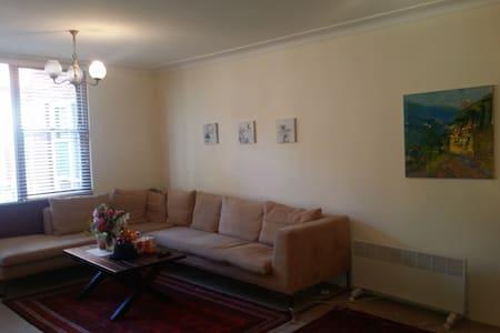 Beautiful,ultra convinent,cozy,clean,next to train - Lägenhet