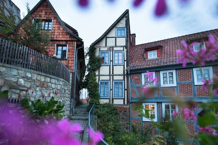 """Halbes Haus"" (Half House) - House"