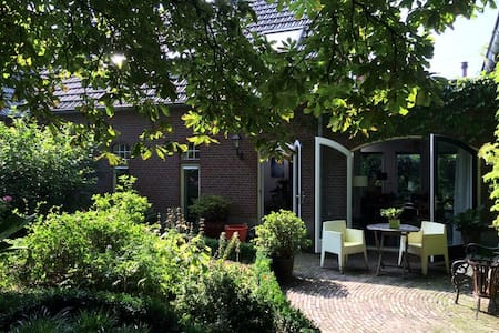 Beautiful old farm house - Zevenaar - Hus