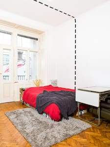 great room with private balcony - Wien - Apartment