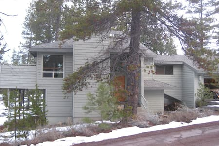Centrally located Sunriver home