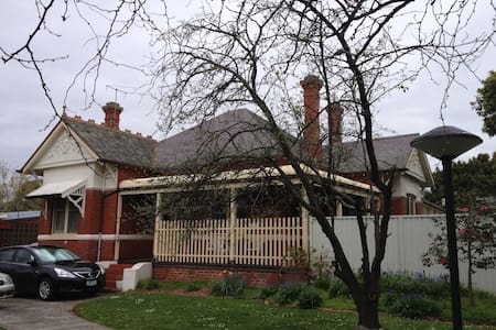Short Term Stay in Box Hill - House