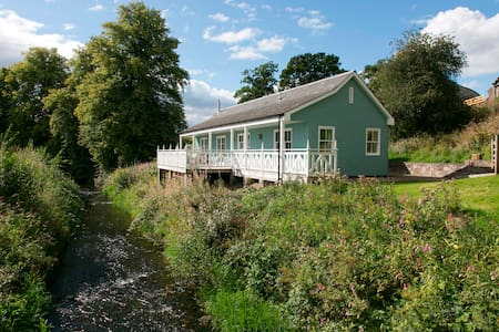 Charming Riverside Cottage - Dom