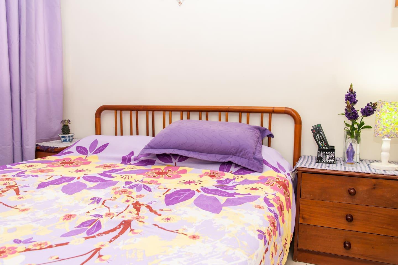 quarto com cama de casal, amplo e arejado...