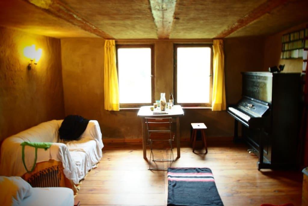 In dem Zimmer gibts auch ein Klavier...