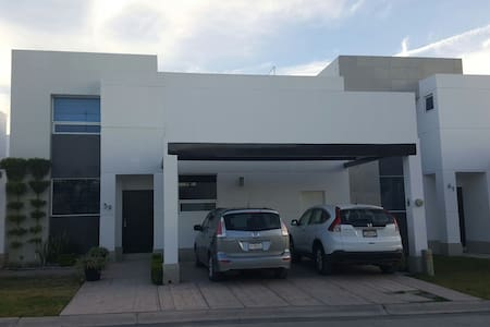 Beautiful 3BR fully furnished house great location - Torreón - Haus