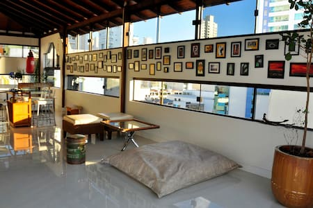 Cozy room in a beautiful Penthouse Duplex in Bal. Camboriú downtown. Very good location, near from the beach, markets, stores. You can go walk or rent a bike. Equiped Apartment with much comfort and a big area. 01 Parking place. Artistic and Modern.