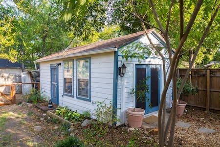 Cute backyard casita - N. Oak Cliff - Dallas - Bungalow