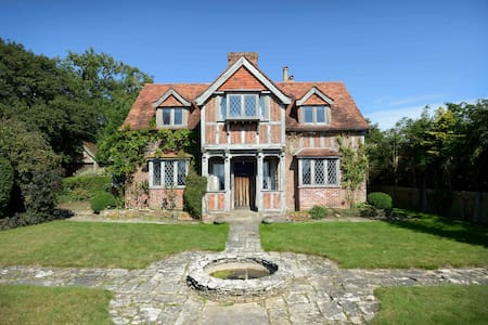 Family-friendly, Cosy Country House - Crawley