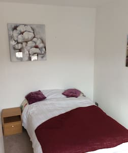 Spacious double room to rent. - Dom