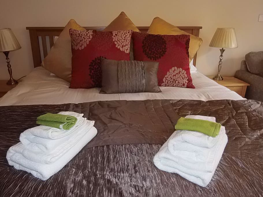 Main bed with Egyptian cotton bedding.