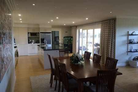 Super family sized entertainer - Hornsby Heights