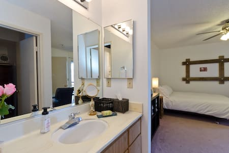 Private Room in Hollywood w Bath - Los Angeles - Apartment
