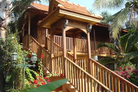 Golden Teak Home room 4, all wood - Bed & Breakfast