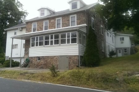 1868 Stone house w/ modern features - Reading - Bed & Breakfast