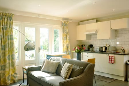 Gorgeous coach house in private gdn