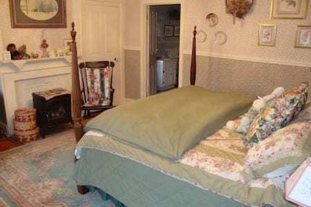 King-bedded Room with Private Bath - Bed & Breakfast