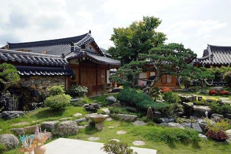 희(囍), 한옥마을의 넓은 정원이 있는 한옥 스테이 이오당 - Bed & Breakfast