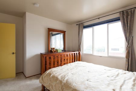 Guest Room in Ocean View House - Daly City - House